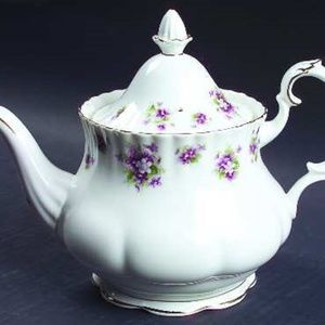 ROYAL ALBERT SWEET VIOLET 5 CUPS TEA POT. NWT